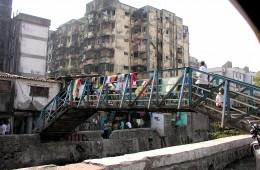 משכנות עוני במומבאי. צילום: Jon Hurd