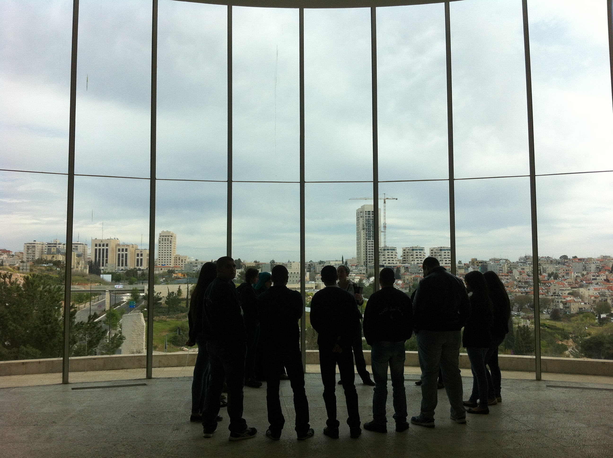 """קבוצה בסיור רשמי ליד החלון המזרחי, ביהמ""""ש העליון בירושלים. צילום: כרמל חנני"""