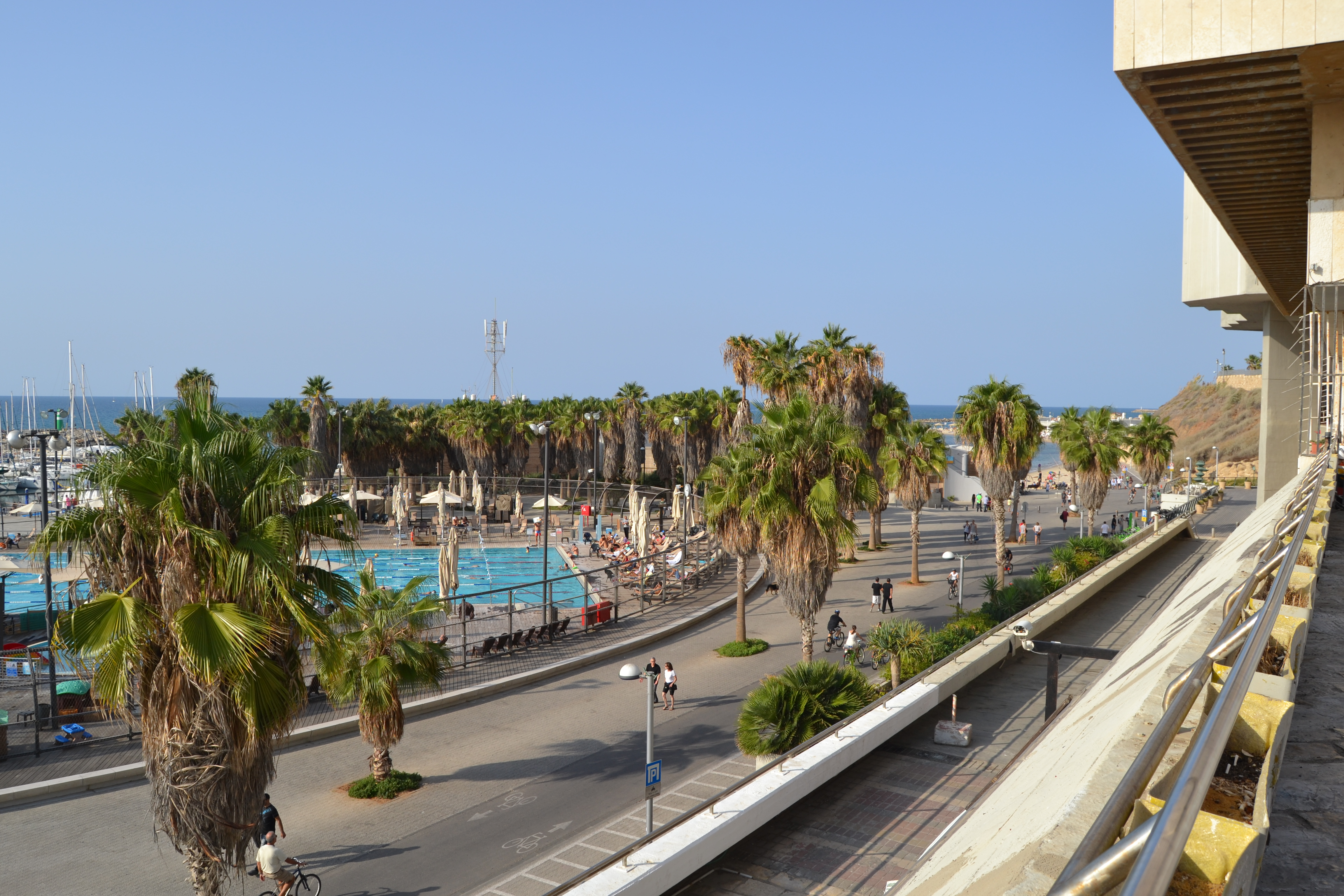 """פנינת נדל""""ן על רצועת החוף. הנוף מכיכר אתרים לטיילת, תל אביב. צילום: שלי חפץ"""