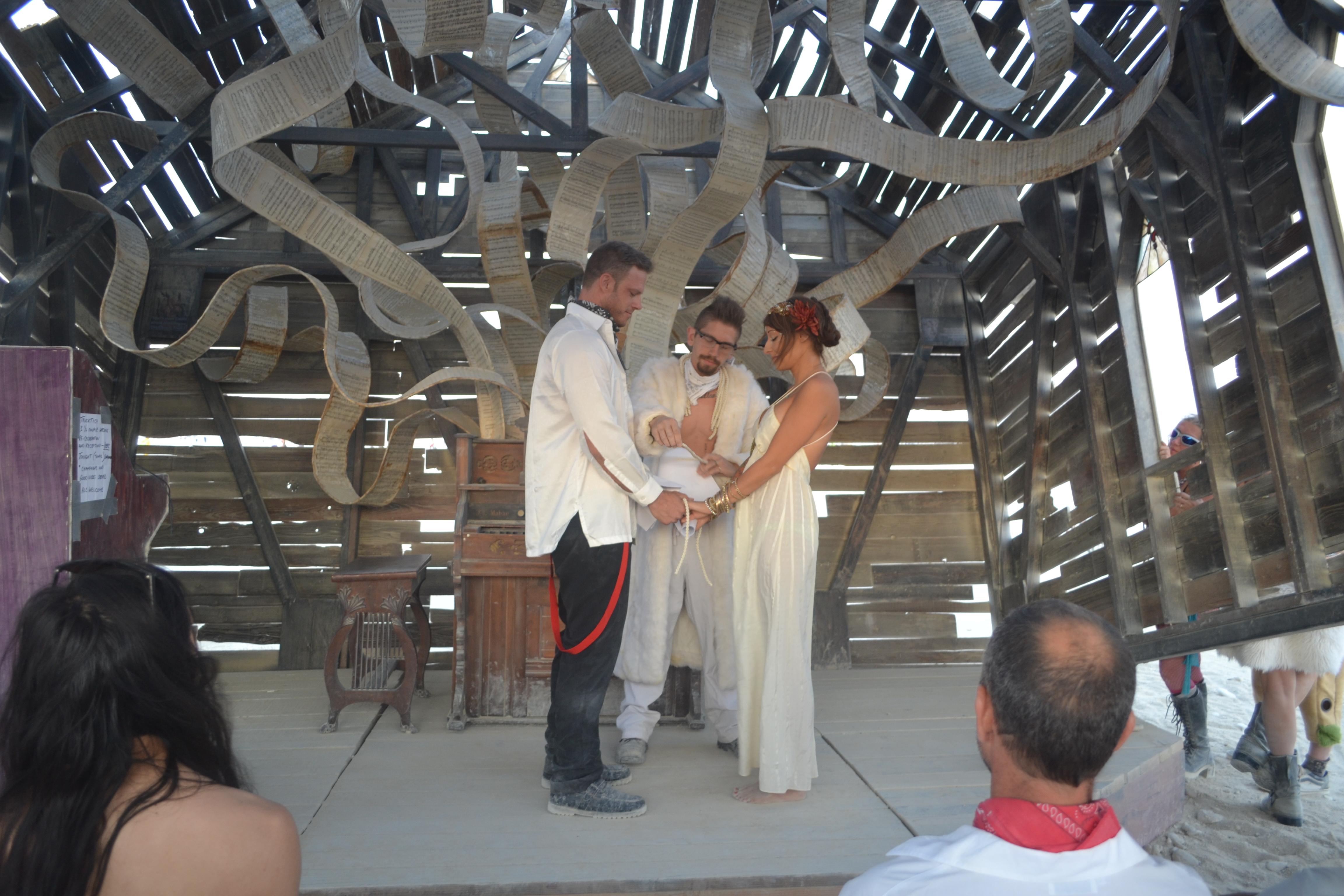 חתונה בפסטיבל ברנינג מן, נבדה. צילום: אביב דגני