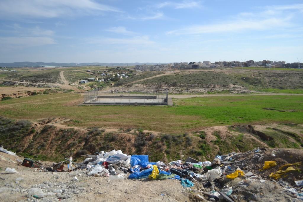 כל מגרש ריק הופך לשטח פתוח מועד לפורענות. פסולת בניין בשטח ציבורי פתוח ברהט (צילום: המעבדה לעיצוב עירוני)