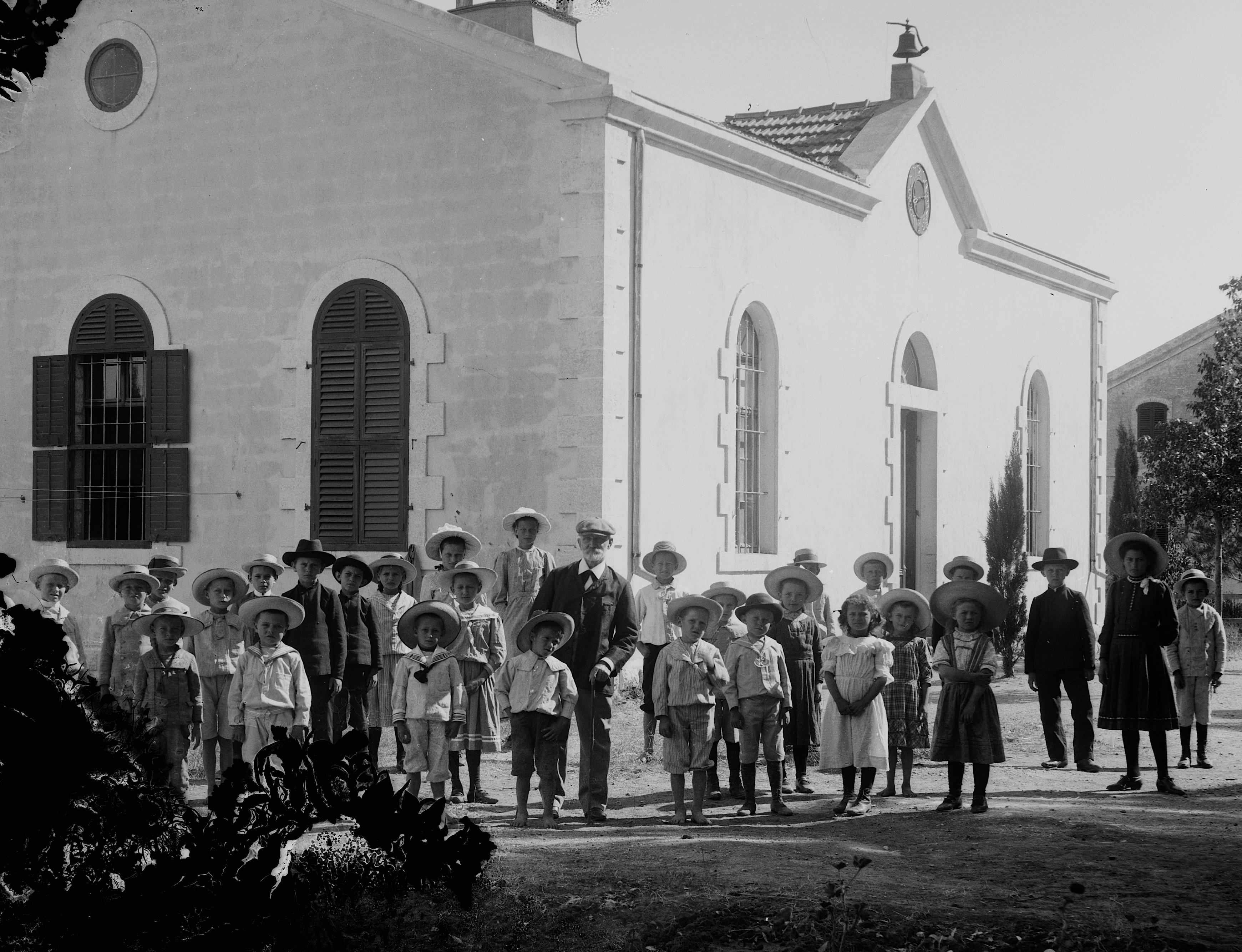 טמפלרים לצד בית העם, וילהלמה (היום מושב בני עטרות, צילום: Library of Congress)