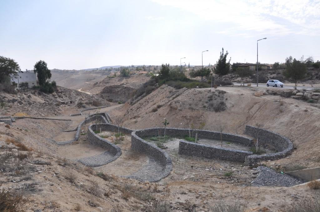 חיבור בין העיר למדבר, נחל טביה. ערד (צילום: המעבדה לעיצוב עירוני)