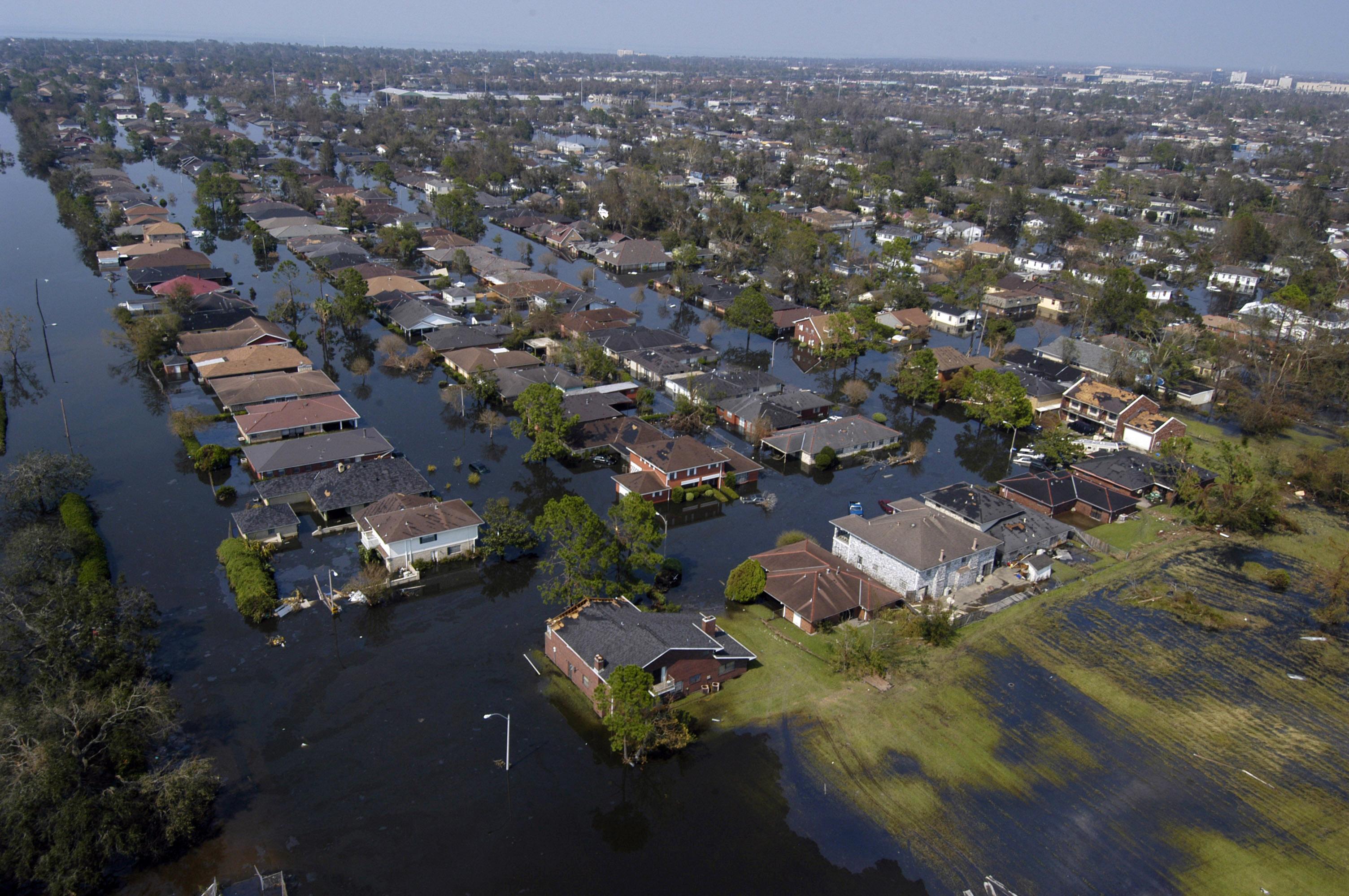 """אילו ערים מרוויחות ואילו מפסידות משיח הסיכון? העיר ניו אורלינס, ארה""""ב, בעקבות סופת ההוריקן קטרינה בשנת 2005 (צילום: United States Navy, Wikimedia Commons)"""
