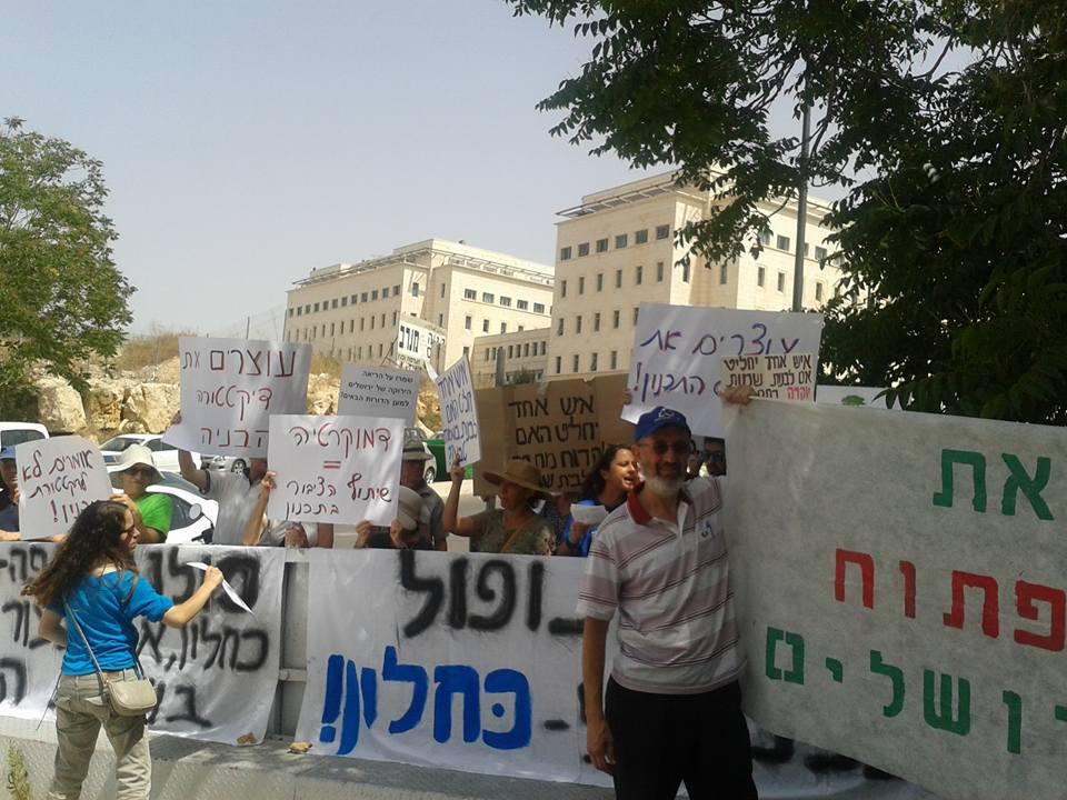 ריכוז סמכויות התכנון כסכנה לדמוקרטיה. הפגנה מול קבינט הדיור בחודש יוני האחרון (צילום: ינאי אפלבוים)