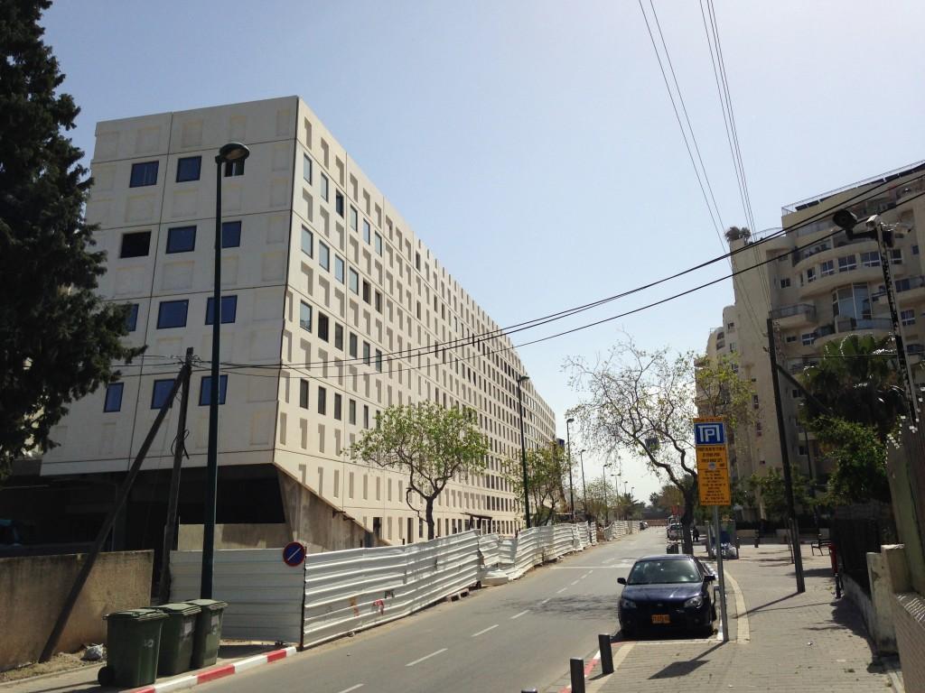 הארכיטקטורה של המבנה אינה מתייחסת לאתר בה היא ממוקמת אלא לעצמה. מבנה המשרדים של בר אוריין בקיבוץ גלויות, תל אביב (צילום: המעבדה לעיצוב עירוני)