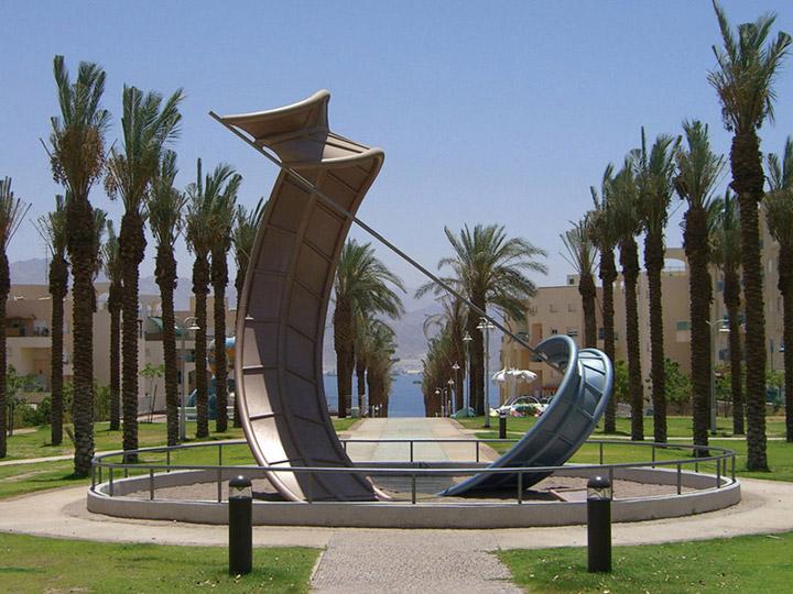 פארק שחמון באילת בתכנונו של דקל , עם פסל של רמי אביצור (צילום: רמי אביצור, wikipedia)