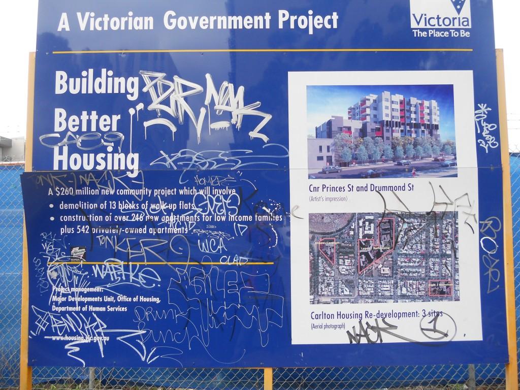 שלט במתחם קרלטון המסביר לתושבים את התכנון העתידי (צילום: איריס לוין)
