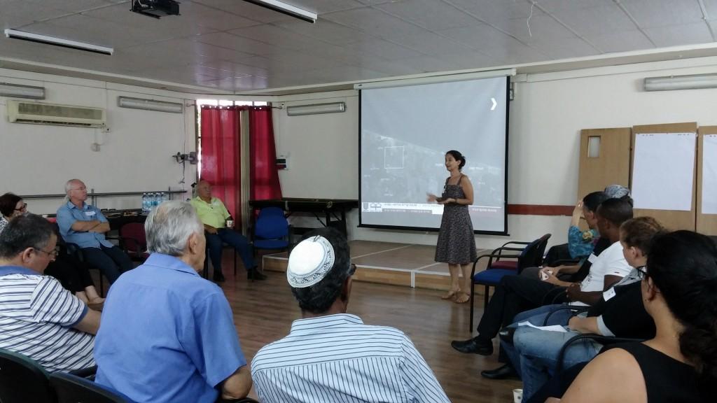 אירית צרף-נתניהו במפגש שיתוף ציבור בשכונת קרית נורדאו בנתניה.