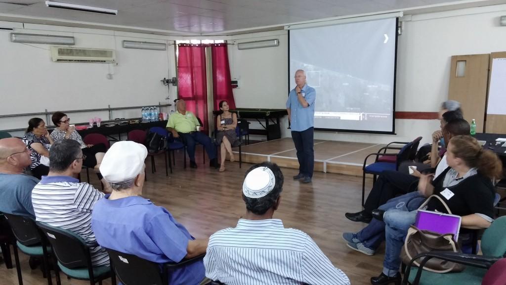 מהנדס העיר נתניה במפגש שיתוף ציבור בשכונת קרית נורדאו.
