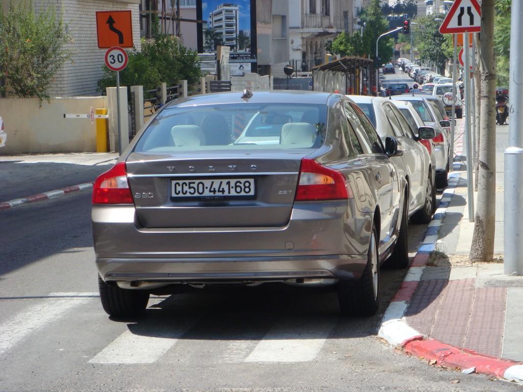 בעיות חנייה. רכב חונה בצורה לא חוקית, תל אביב (צילום: ליאור גולגר, Licensed under CC BY-SA 3.0 via Wikimedia Commons)