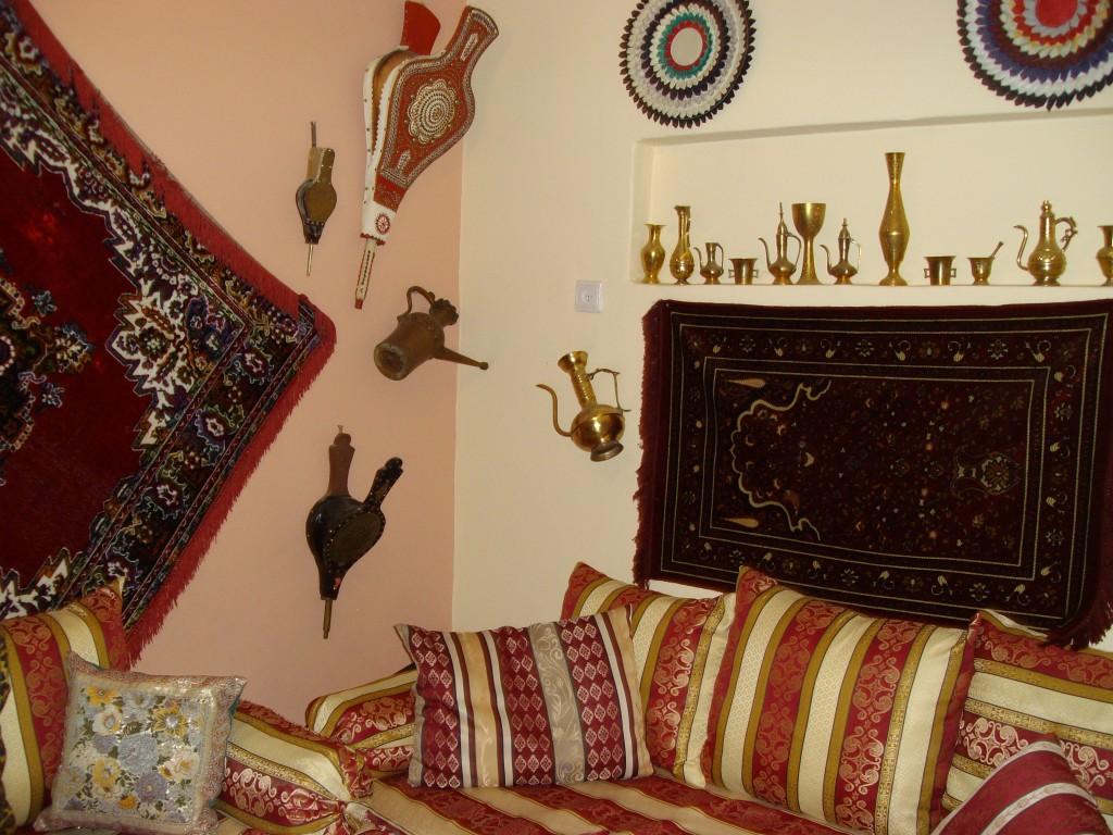 חדר מרוקאי בבתים של עולים ממרוקו באיזור המרכז (צילום: איריס לוין)