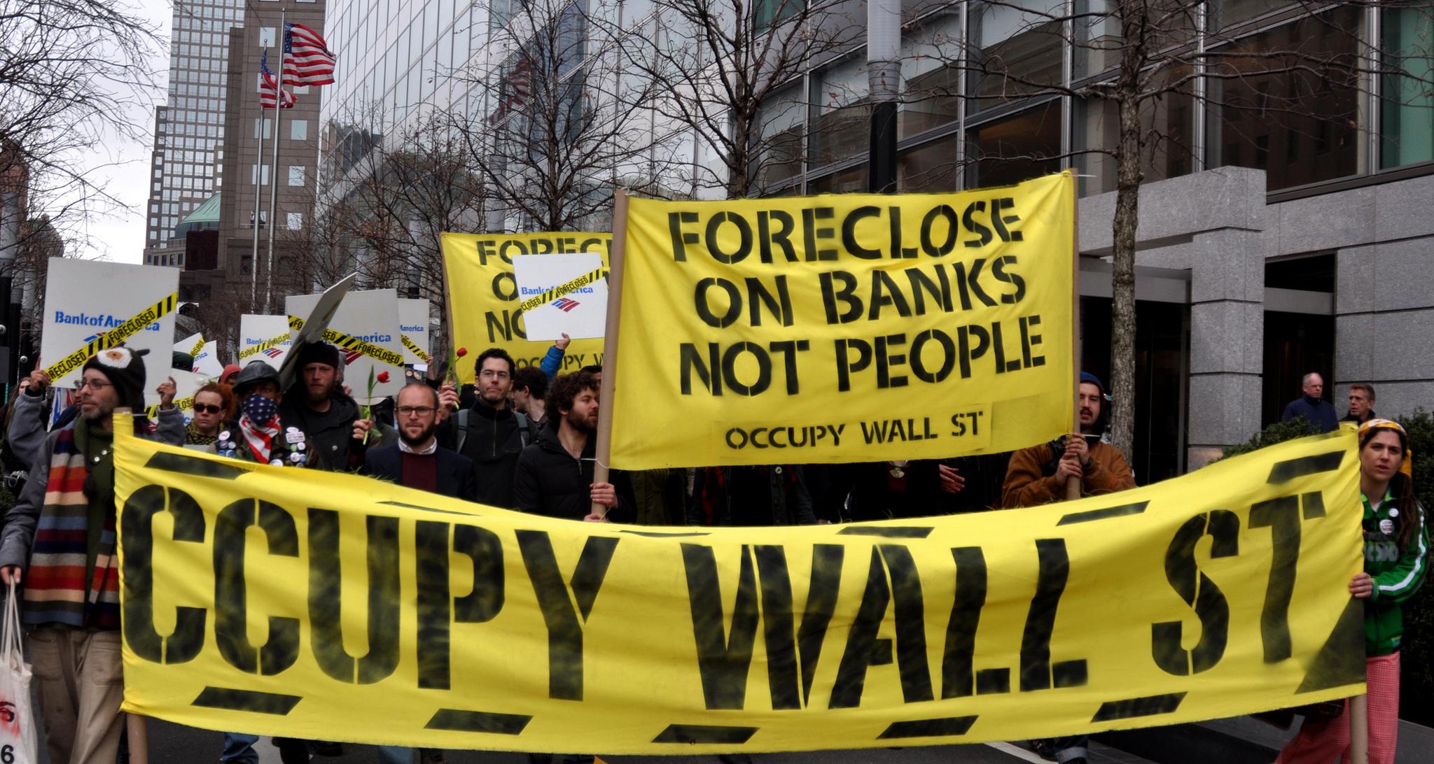 חברי תנועת Occupy Wall Street במהלך הפגנה, ניו יורק, ספטמבר 2011 (צילום: Michael Fleshman, flickr)