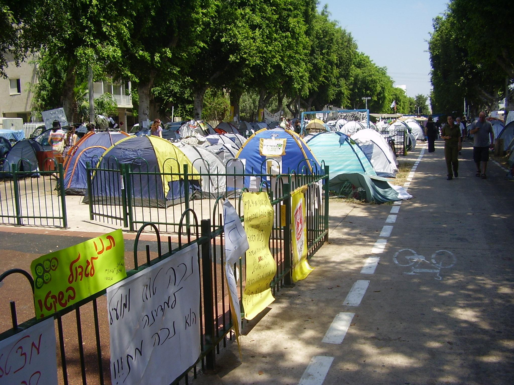 """מחאת האוהלים, שדרות רוטשילד בתל אביב, 2011 (צילום: ד""""ר אבישי טייכר, Wikimedia Israel)"""