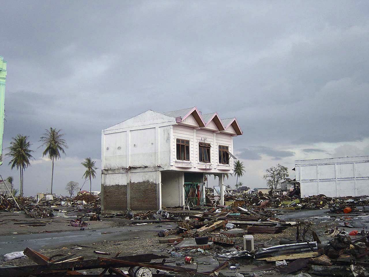 חורבן והרס בעיר Banda Aceh באינדונזיה לאחר אסון הצונאמי בשנת 2004 (צילום: Michael L. Bak, ויקימדיה)