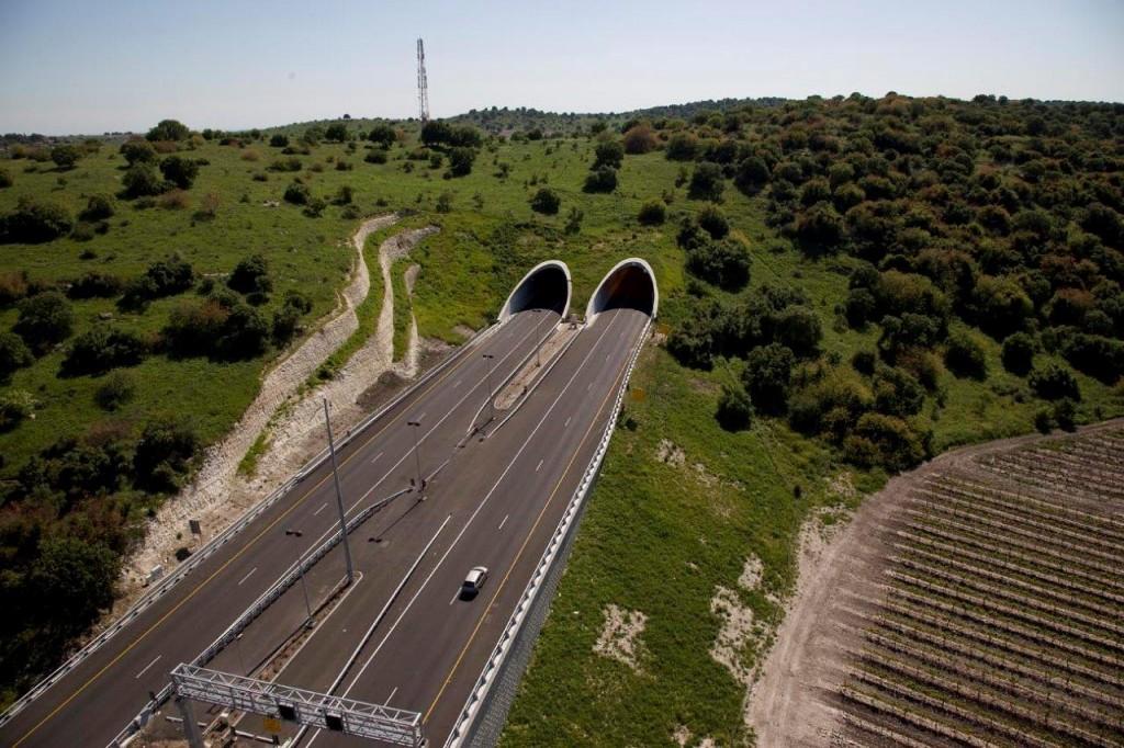 גרינשטיין הר גיל מבקשים להתחבר לנוף המקומי, האם זו גם אופנה? תכנון נוף בקטע מתוך כביש 6, (צילום: אלברטוס)