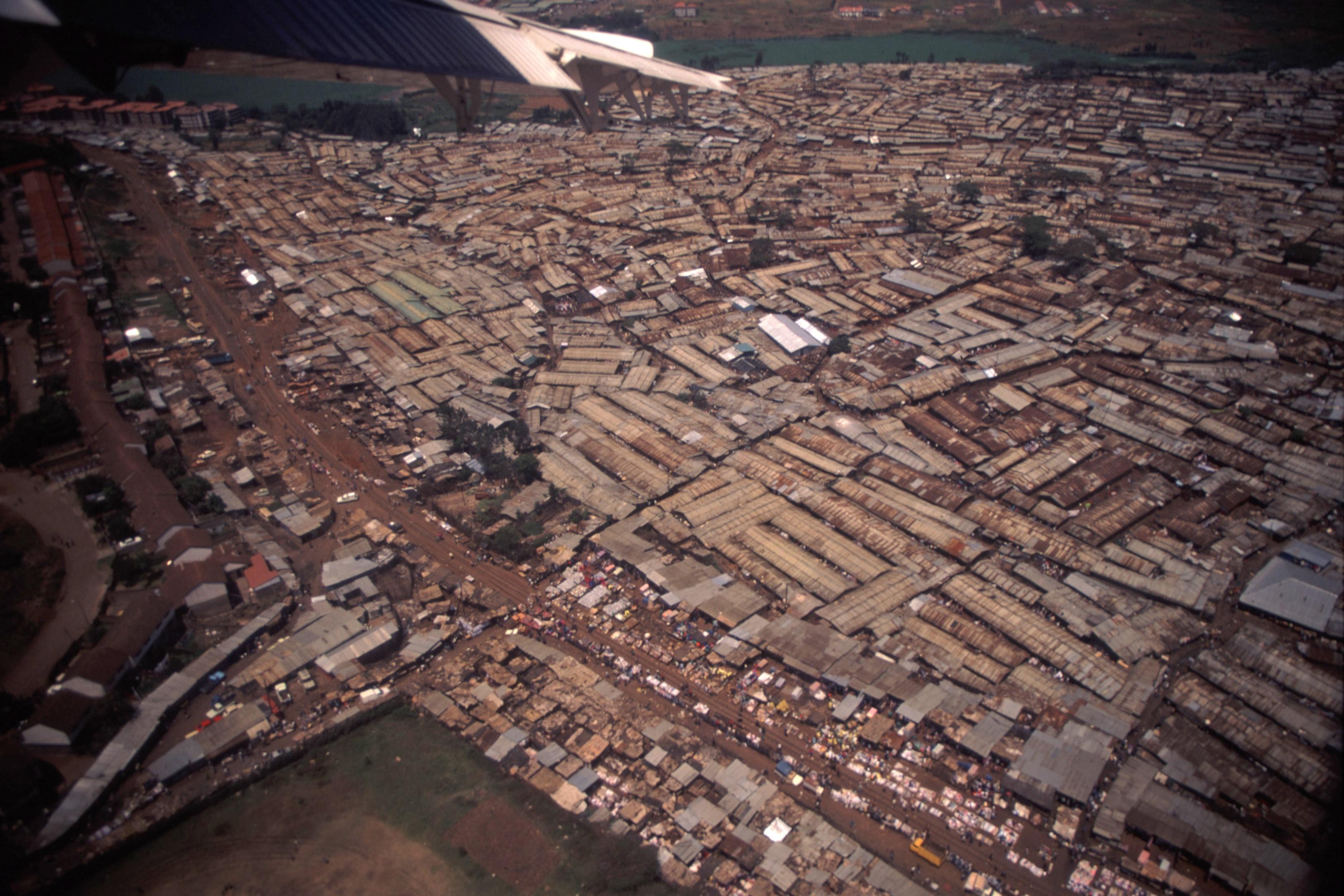 אורבניזציה מואצת ועוני מתפשט. סלאמס בניירובי (צילום: John Storr, ויקימדיה, צילום ברישיון Public Domain)