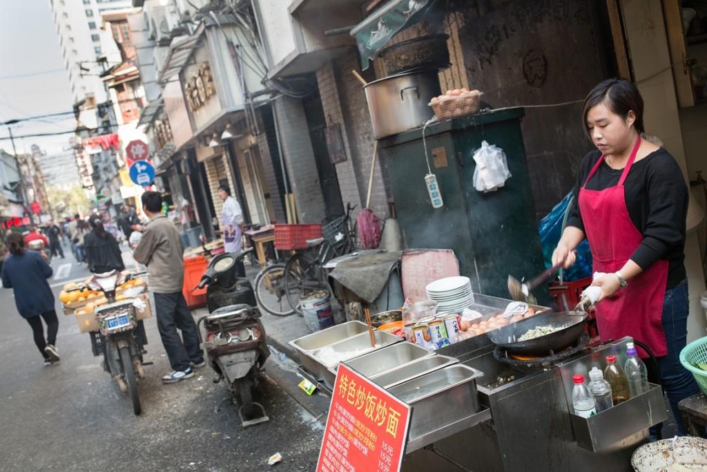 עירוניות מואצת בסין כגורם מקדם לסכרת סוג שתיים, אוכל רחוב בשנגחאי (צילום: Cities Changing Diabetes)