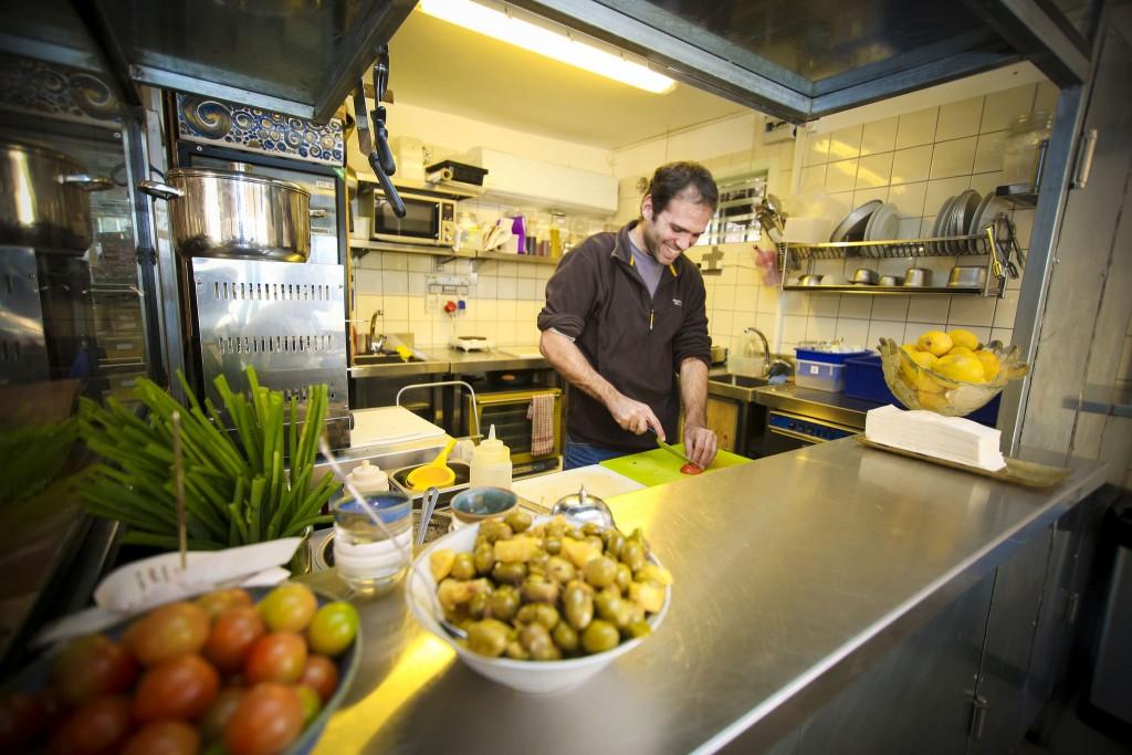 קפה גצל שנפתח בשכונת שפירא בשנה האחרונה משקף את תהליך הג'נטריפיקציה שמתרחש בה (צילום: גיא יחיאלי, מתוך העמוד של עיריית תל אביב ב- Flickr.com)