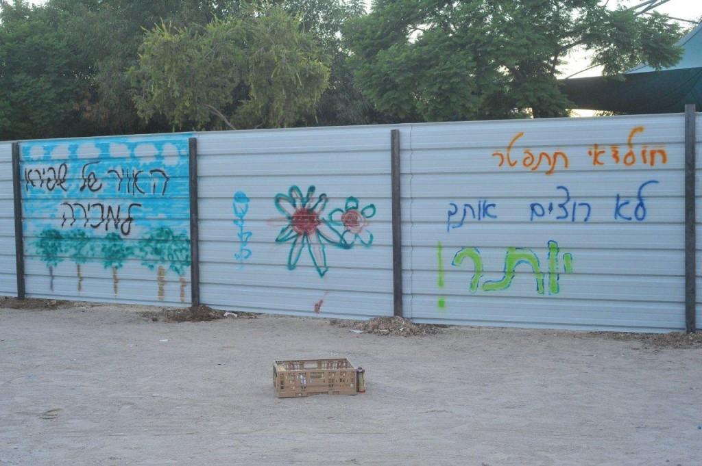 ערב החלה הבנייה, ילדי השכונה והוריהם ביטאו את מחאתם על פרויקט הדיור בר השגה שעמד לקום בשכונתם (צילום: שפי פז)