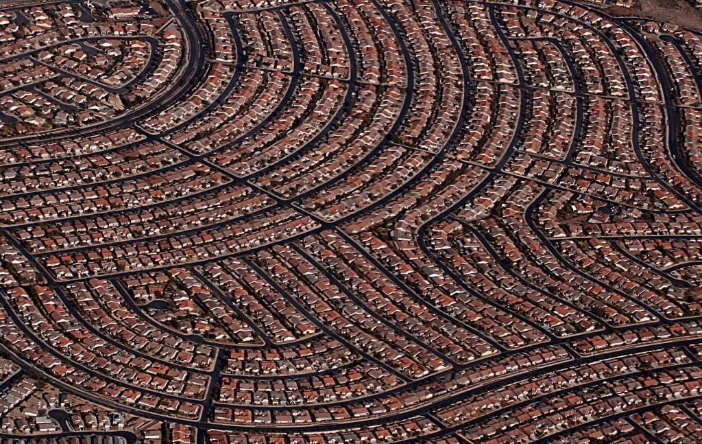 הניאו ליברליזם צמח כתגובת נגד לתכנון המודרניסטי שהאדיר מגה קונסטרוקציות ומבנים רפטטיביים וזנח את ההיבטים החברתיים של התכנון, Las Vegas suburbs, Nevada (צילום: Jan Buchholtz, Flicker.com)