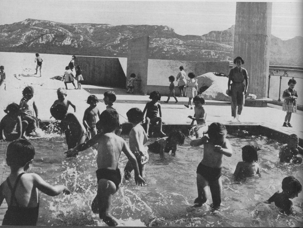 ילדים על הגג של יחידת המגורים של קורבוזייה, Paddling pool on the roof of the Unité d'Habitation, Marseilles, 1952