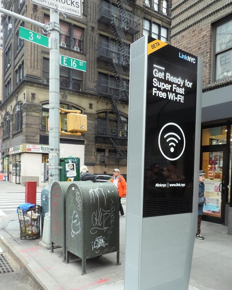 """""""נגישות לרשת היא זכות יסוד לפי גוגל שמתכוונת לדאוג לגישה חופשית לכולם, כמובן שעל ידי כל היא דואגת להגדיל את מעגל הצרכנים שלה ואת זרם המידע האינסופי שהיא אוספת מהם בחינם. עמדה של Sidewalk Lab בעיר ניו יורק (צילום: Wikimedia)"""