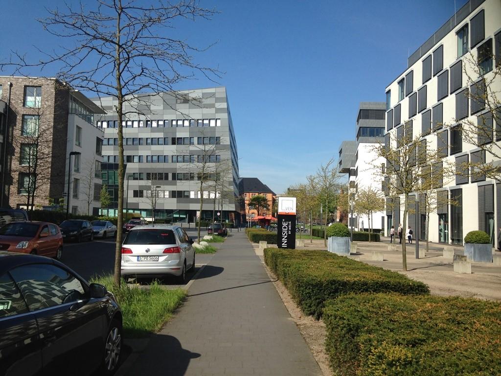 מגורים ועסקים מימין בית המלון ממול מבנה משרדים (צילום: טלי חתוקה)