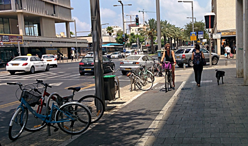 שביל אופניים ללא הפרדה מפלסית או פיזית, כך על המדרכה הצרה מצטופפים לצד יתר השימושים גם רוכבי האופניים (צילום: מאיר אלואיל)