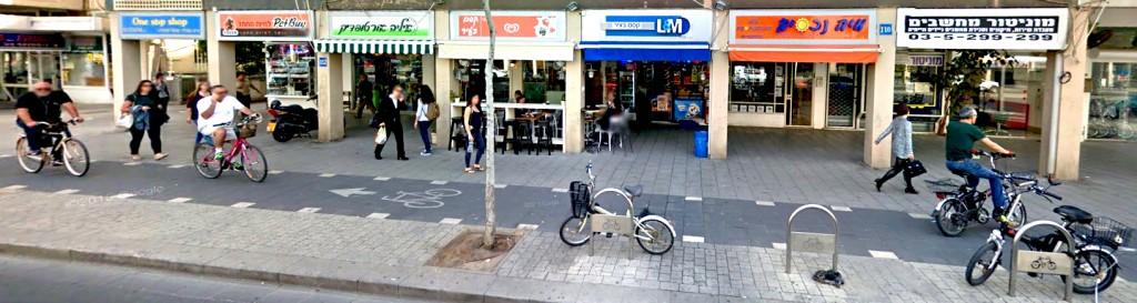 הרחוב הפך זירה למאבק בין רווחת הולכי הרגל לבין רוכבי האופניים והצרה הלא צפויה- אופניים חשמליים (צילום: Google Street View)