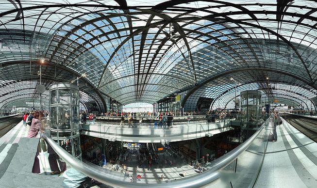 תחנה מרכזית בברלין, נקודת מפגש ומעבר בין כל צורות התחבורה המוצעות בעיר: רכבת בין עירונית, רכבת עילית ותחתית בתוך העיר ומערל האוטובוסים ,Hauptbahnhof (צילום: wikimedia)