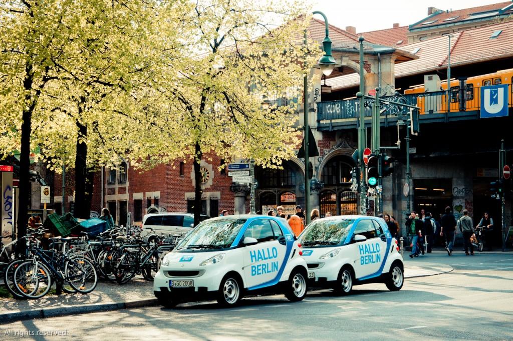 car2go היא חברה שמאפשרת השכרת רכב בתוך העיר על בסיס שעתי, זה מאפשר למשתמשים לוותר באופן כמעט טוטאלי על החזקת רכב בבעולתם וגם מאפשר שילוב של אמצעי תחבורה לרבות הליכה רגלית. (צילום: Gerrit Quast Flickr.com)