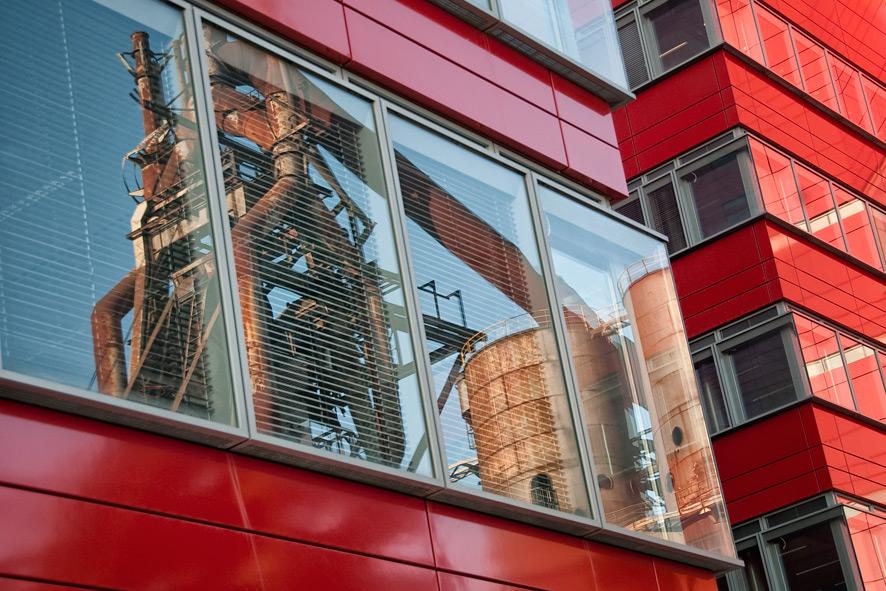 אזור העסקים, בנייני המשרדים, מתכתבים עם מפעל הפלדה ומשמרים את חשיבותו (צילום: Carlo Scherer, Flickr.com)