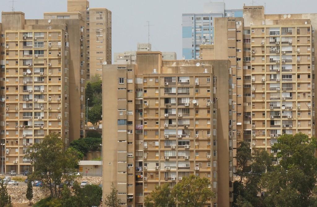 """פרויקטים של התחדשות עירונית בשכונות עוני לא משקפות שינוי מגמה של המדינה לאפל במצוקת הדיור של אוכלוסיות בעוני אלא פעולה נקודתית שבעיקר יש בה פוטנציאל כלכלי נדל""""ני. חיפה (צילום:יהודית זוננשטיין, פיקוויק)"""