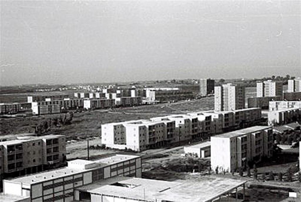רמת אביב א בסוף שנות ה- 50 מבט לכיוון צפון מזרח, אפשר להיתרשם מכל שהאזור היה חולי ונטול צמחייה
