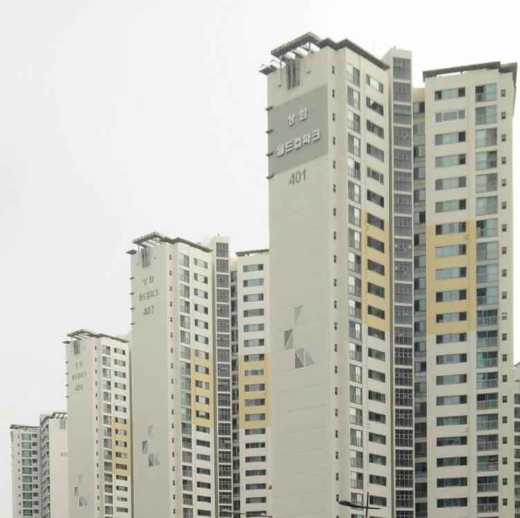 מבני מגורים ברובע מאפו (MAPO-GU). עקב הדימיון בין המבנים, מוטבעים על גביהם מספרים גדולים שיאפשרו לדיירים לאתר את ביתם. (צילום: יואב זהבי לונדון)