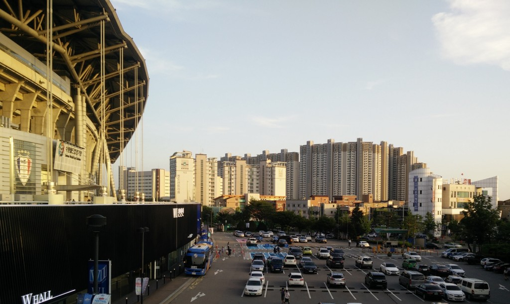 """שכונת מגורים בסמוך לאצטדיון הכדורגל בעיר סואון (SUWON), 30 ק""""מ דרומית לסיאול"""