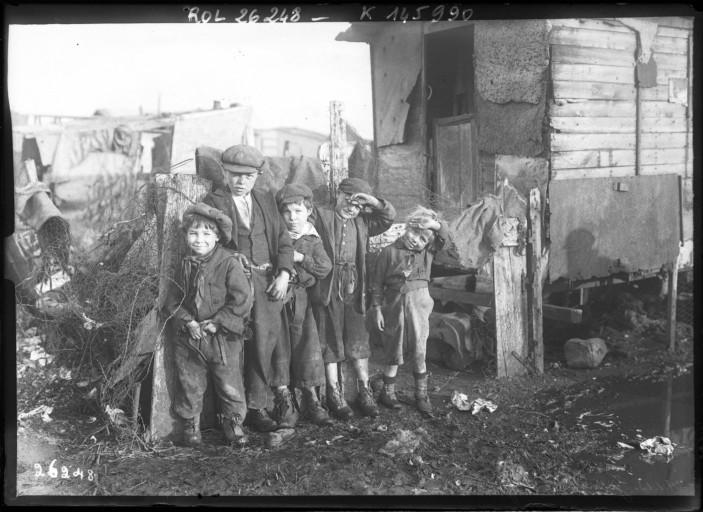 המושג תרבות העוני התייחס לעניים כאנשים חסרי מוסר, חלשים, חסרי אונים, משפחות לא מתפקדות, חסרי אתיקה ומוסר עבודה (צילום: פריס, wikimedia, Les enfants de la zone Ivry, 1913)
