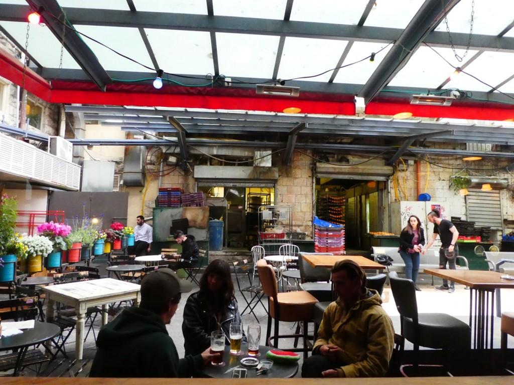 בין פינות השוק צמחו בארים, מסעדות ובתי קפה שמושכים אוכלוסיות חדשות לשוק, למתרות בילוי (צילום: המעבדה לעיצוב עירוני)