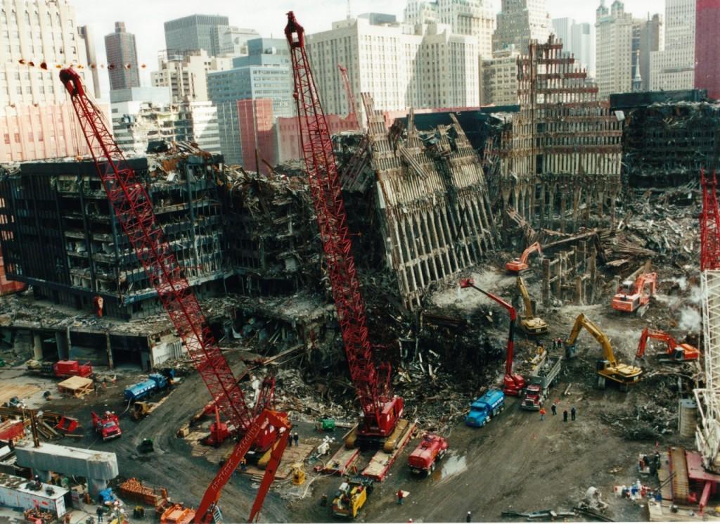 הפיגוע בתאומים היה מתקה על העירונית כמייצגת את העולם המערבי, המודרני וערכיו, העיר והסביבה הופכות ייעד להרס בפני עצמו. ניו יורק לאחר אסון התאומים (צילום: Photos 911, Flickr)