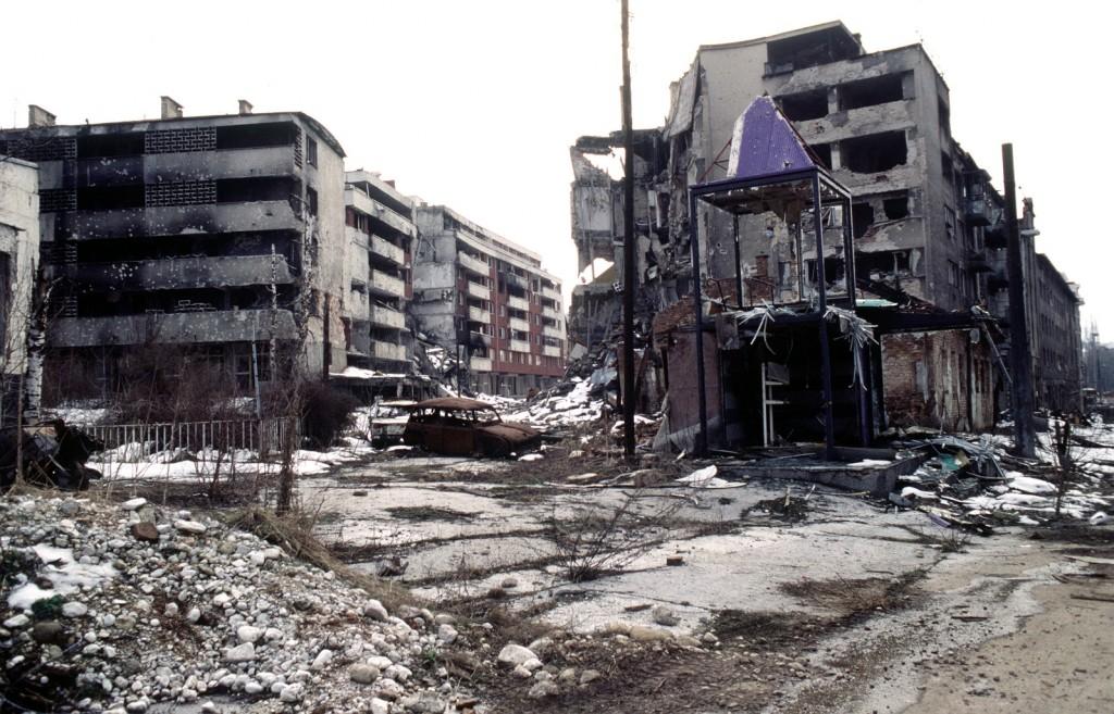 סרייבו לאחר ההפצצות (צילום: Javno vlasništvo, Wikimedia)