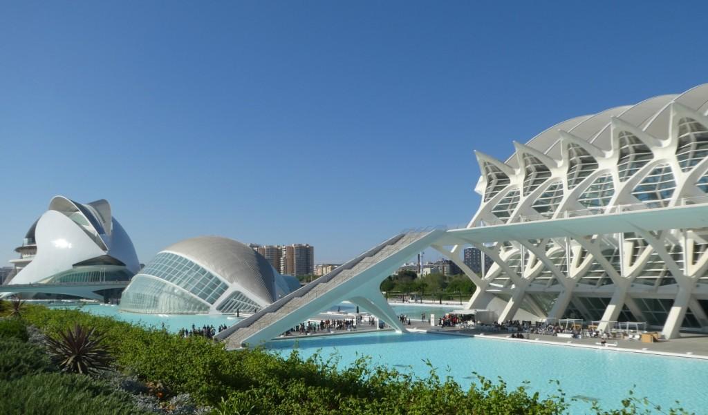 משמאל לימין, מבנה האופרה והאמנויות, מבנה העין במרכז ומוזיאון המדע דמוי שלד של לוויתן, בתכנונן של האדריכלים: קלטרבה ו (צילום: המעבדה לעיצוב עירוני)