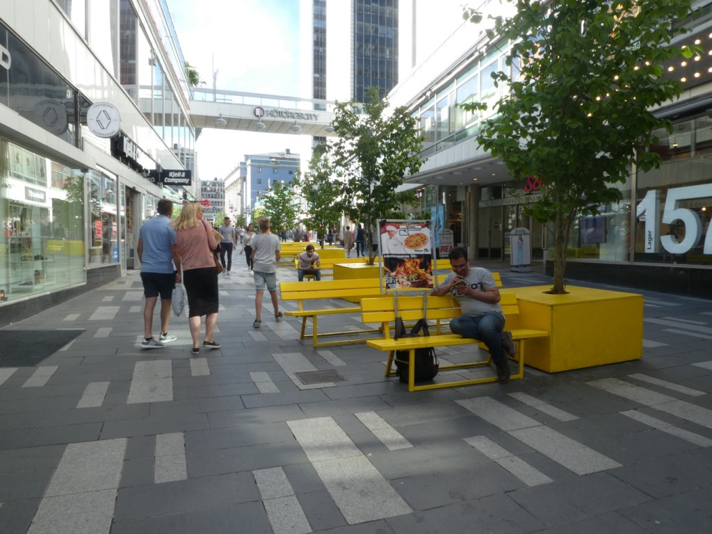מדרחוב עם ריהוט עירוני מגניב: יש