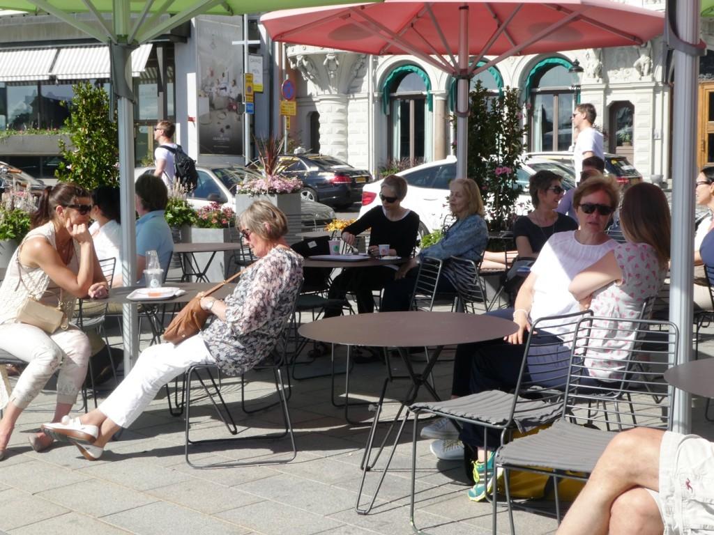 בתי קפה המציעים ישיבה על שפת הרחוב