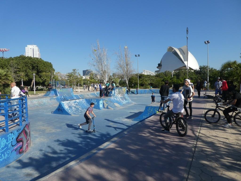 הפארק מגוון ביותר ומציע חוויות שונות לבני נוער, משפחות וילדים צעירים. ישנם חלקים מלאכותיים יותר ופחות ופעילות ערה ברחבי הפארק (צילום: המעבדה לעיצוב עירוני)