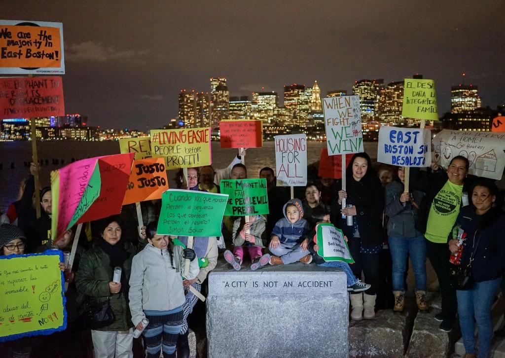 מחאת תושבים במזרח בוסטון שנתונים לתהליכי ג'נטריפיקציה קשים, מדובר בעיקר באוכלוסיה של לטינים ואסייתים (צילום: Jorge (Caraballo Cordovez, flickr