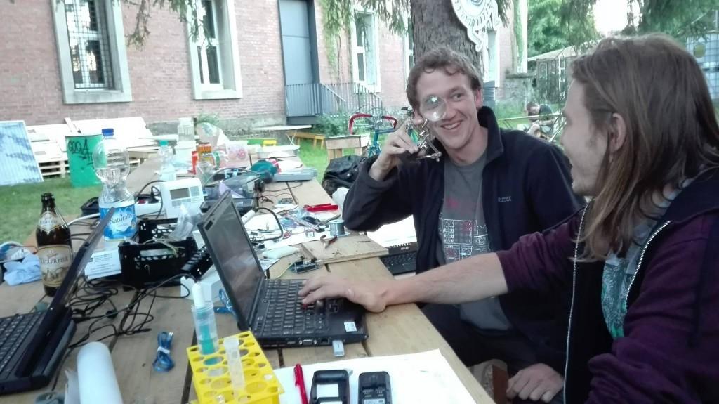 """סדנא של urban lab, ארגון אזרחי של צעירים המקדמים פעולה אזרחית קהילתית, בשונה ממעבדות עירוניות שצומחות מהסקטור העיסקי טכנולוגי. מה המשמעות של השימוש במונח """"מעבדה""""?"""