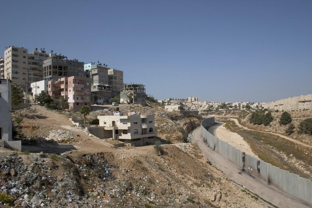היום כבר ברור שומדל שתי המדינות מת, לא ניתן להפריד יותר את המרחב שהפך שזור- התהחלויות יהודיות ויישובים ערביים, מחנה שועפט סמוך לירושלים (צילום:Decode Jerusalem, Flickr)
