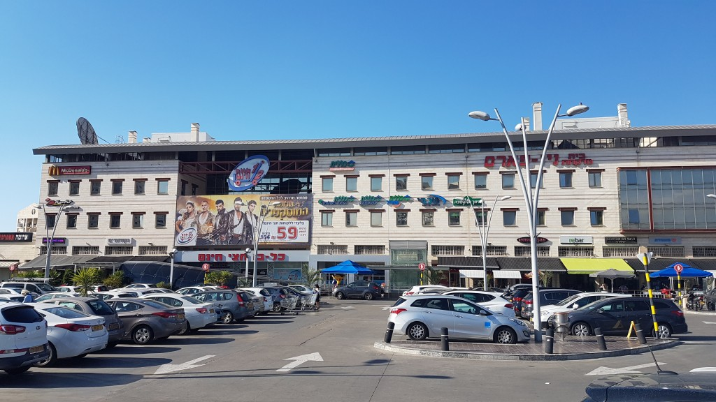 מרכז מסחרי גדול ומנותק מפנים השכונה, הגעה ברכב