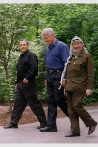 ביל קלינטון, יאסר עראפת ואהוד ברק, קמפ דיוויד שנת 2000 (צילום: אבי אוחיון, ארכיון התצלומים הלאומי)